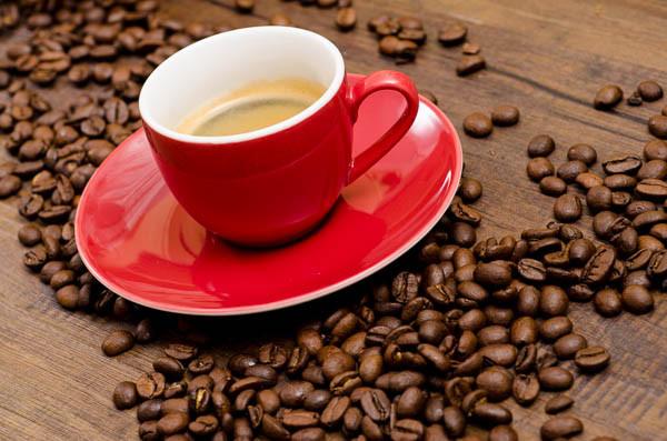 Rote Espresso Tasse mit Bohnen