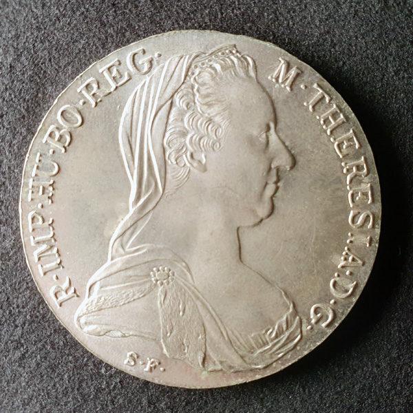 Münze mit Smartphone fotografiert - Seitenlicht