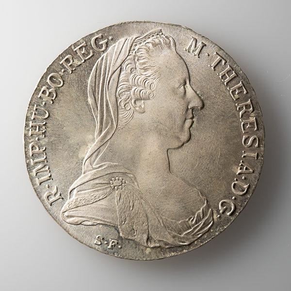 Münze auf weißer Acrylplatte